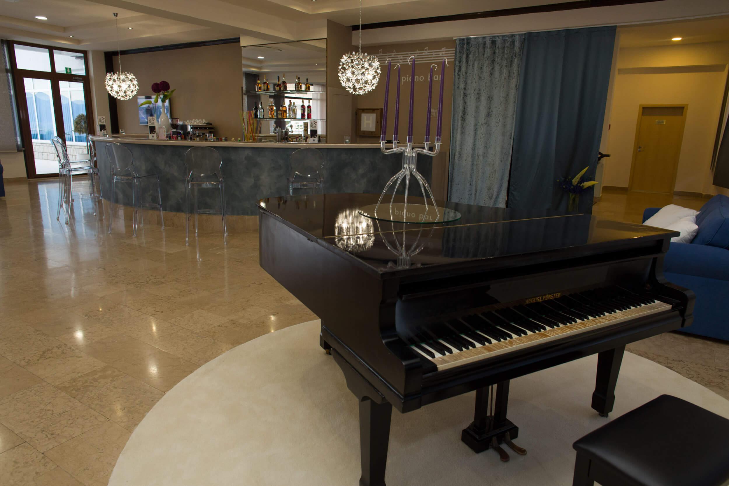 28. Piano bar 2
