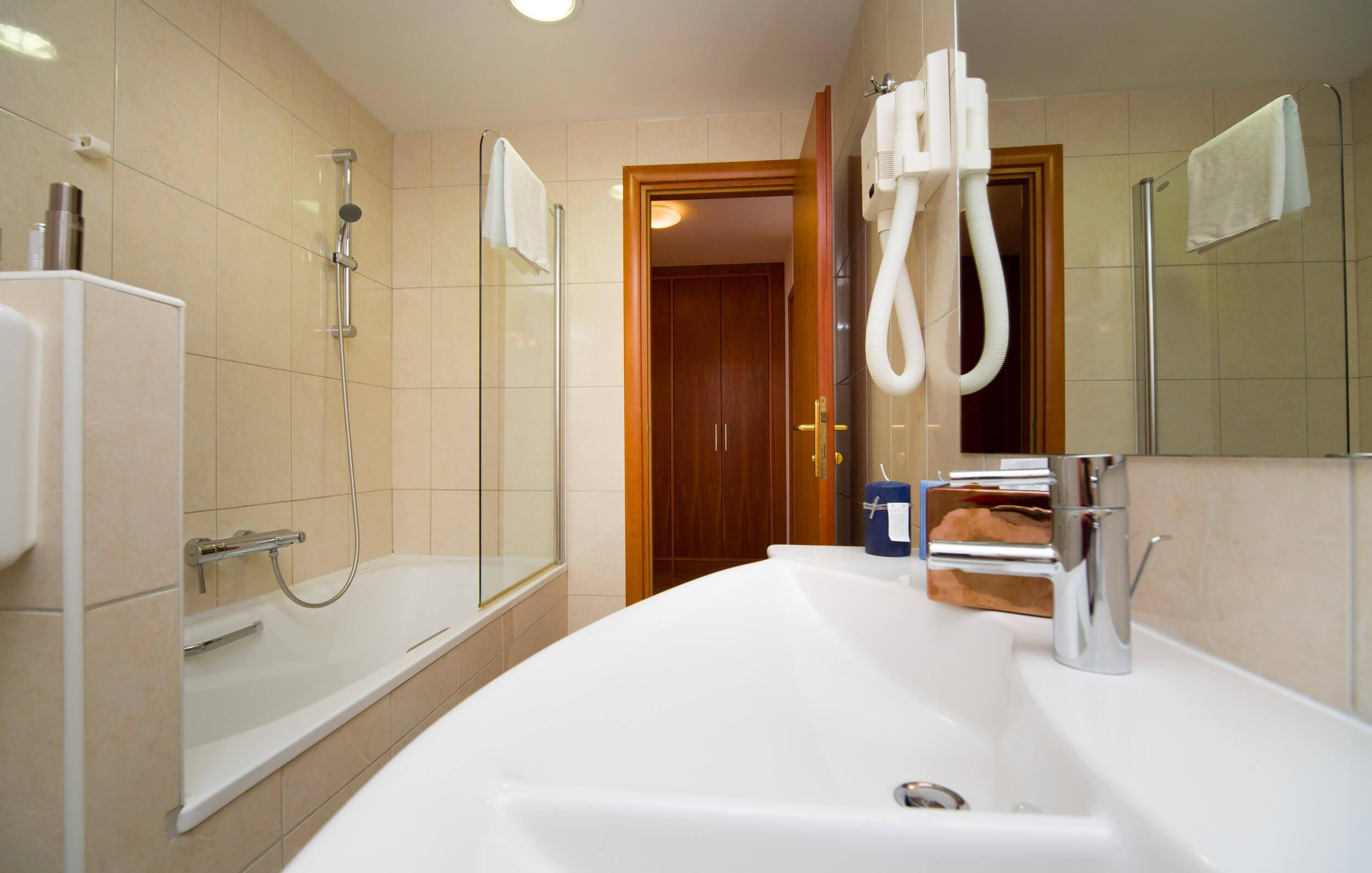 50_Premier family bathroom